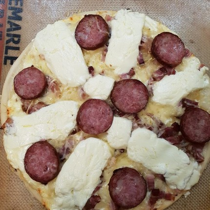 Pizza saucisse de Morteau et fromage Brillat-Savarin