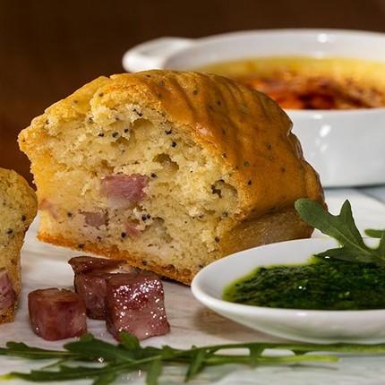 Minis Cake aux graines de pavot à la saucisse de Morteau,  crème brûlée au Brillat Savarin, coulis de roquette