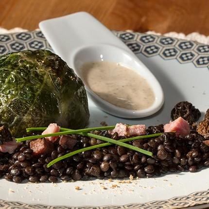 Saucisse de Morteau en Chartreuse, lentilles Béluga et émulsion au Brillat Savarin et aux morilles