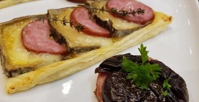 Tarte fine a la tomme et Saucisse de Morteau accompagné de belles rondelles avec une sauce a la Tomme de Savoie