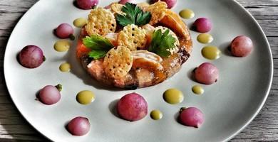 Tartelette fine en gelée à la saucisse de Morteau, crevettes roses et pruneaux d'Agen IGP, tuile de tomme de Savoie IGP, radis roses en vapeur, vinaigrette à la moutarde de Bourgogne