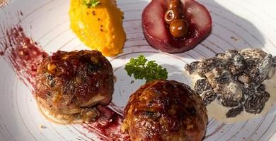Morteau en crépinette, morilles sauce au Brillat-Savarin et graines de Carvi, purée de patate douce et poires pochées au vin aux Griottines de Fougerolles®