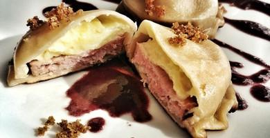 Gros raviolis à la saucisse de Morteau et à la purée fine au Brillat-Savarin cuits comme un gyoza, sauce au vin épicé, pangrattato